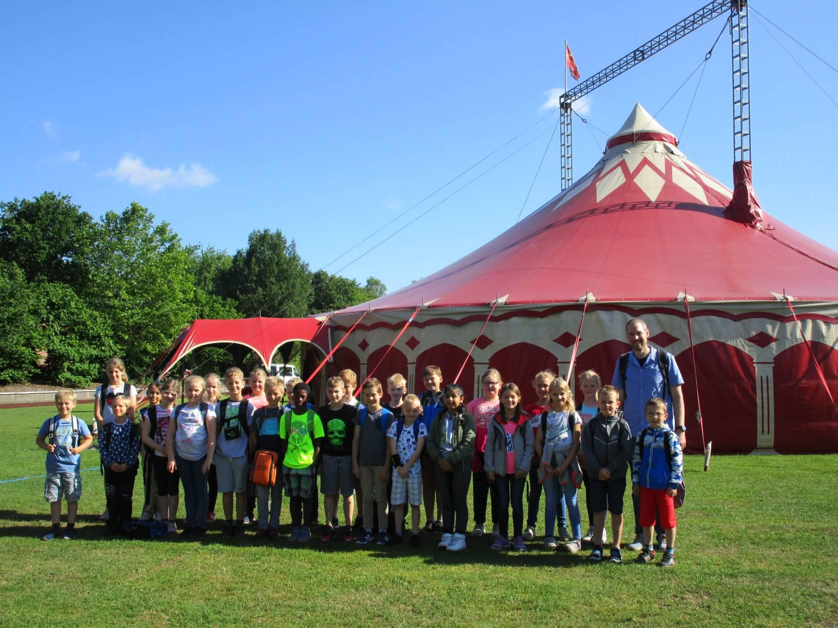 Weihnachtsfeier Zirkus.Grundschule Holthausen Ausflug Klasse 3a Und 3b Zum Zirkus Phantasia